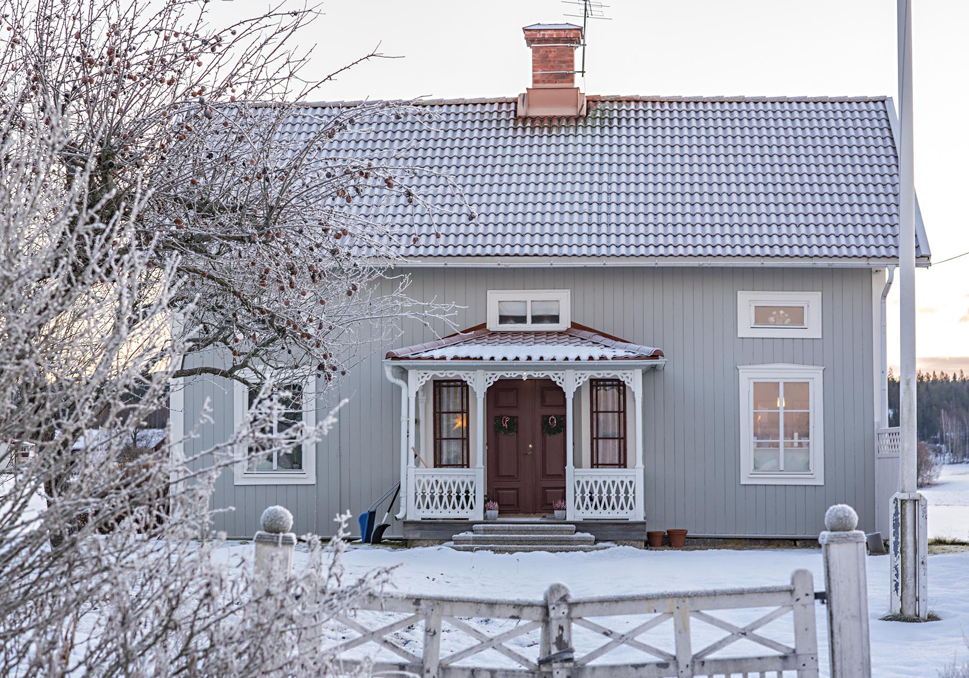 snötäckt hus